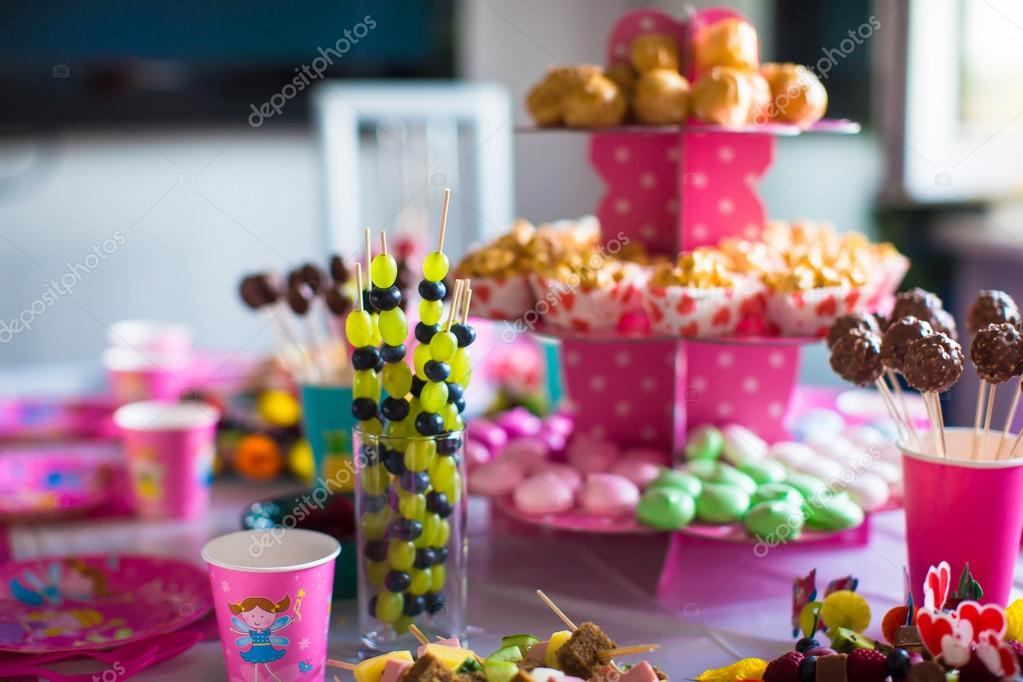 Canape Von Obst Weisse Schokolade Kuchen Pops Und Popcorn Auf Susse