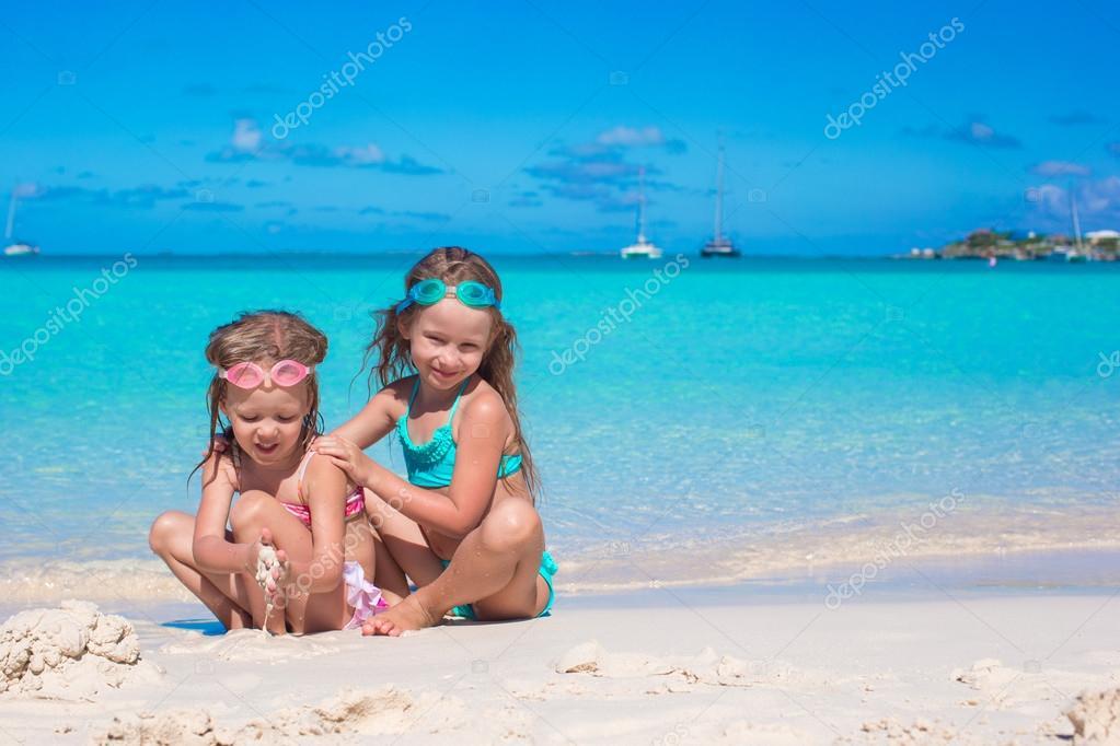 Сестренка голая на пляже фото