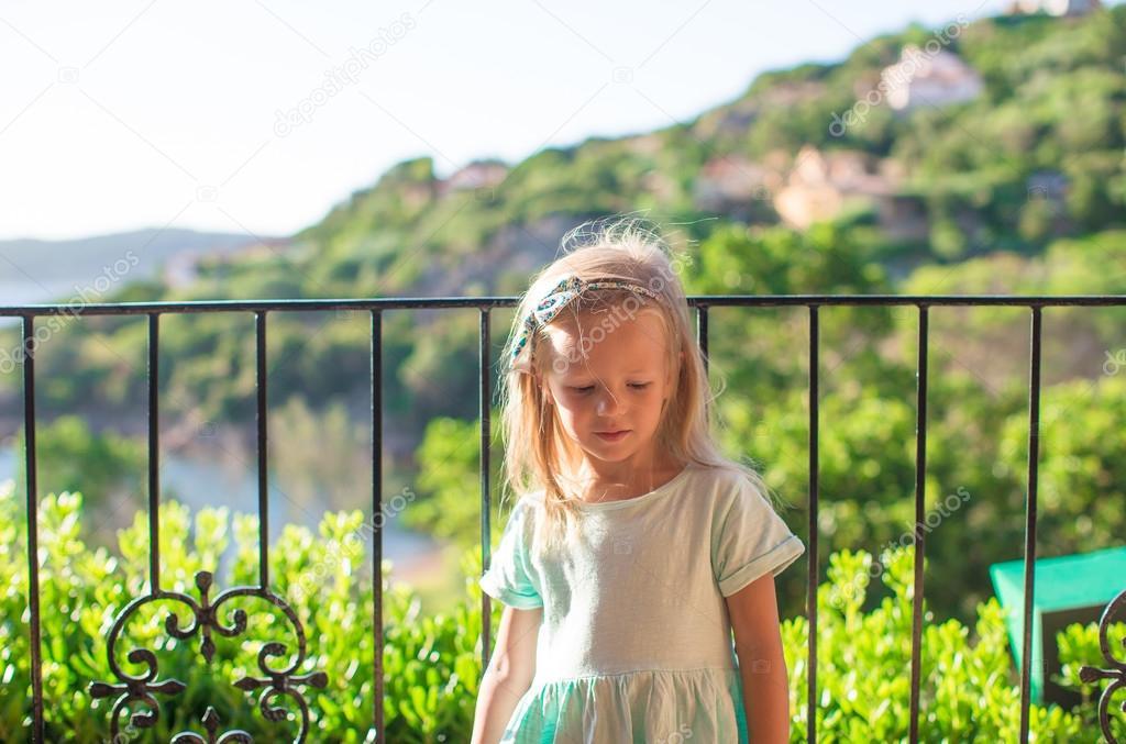 Маленькая девочка на балконе.