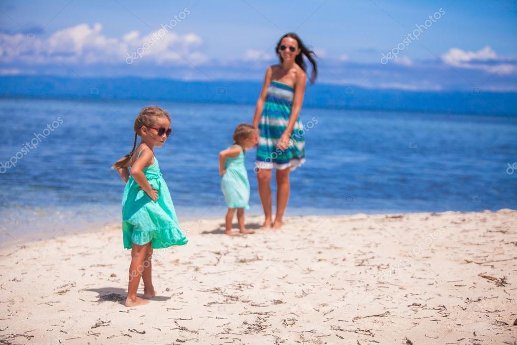 Красивые девки на необитаемом острове видео