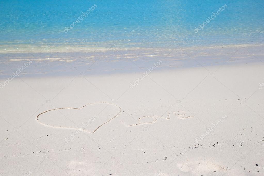 Amo scritto sulla sabbia bianca di spiaggia tropicale for Disegni di casa sulla spiaggia tropicale