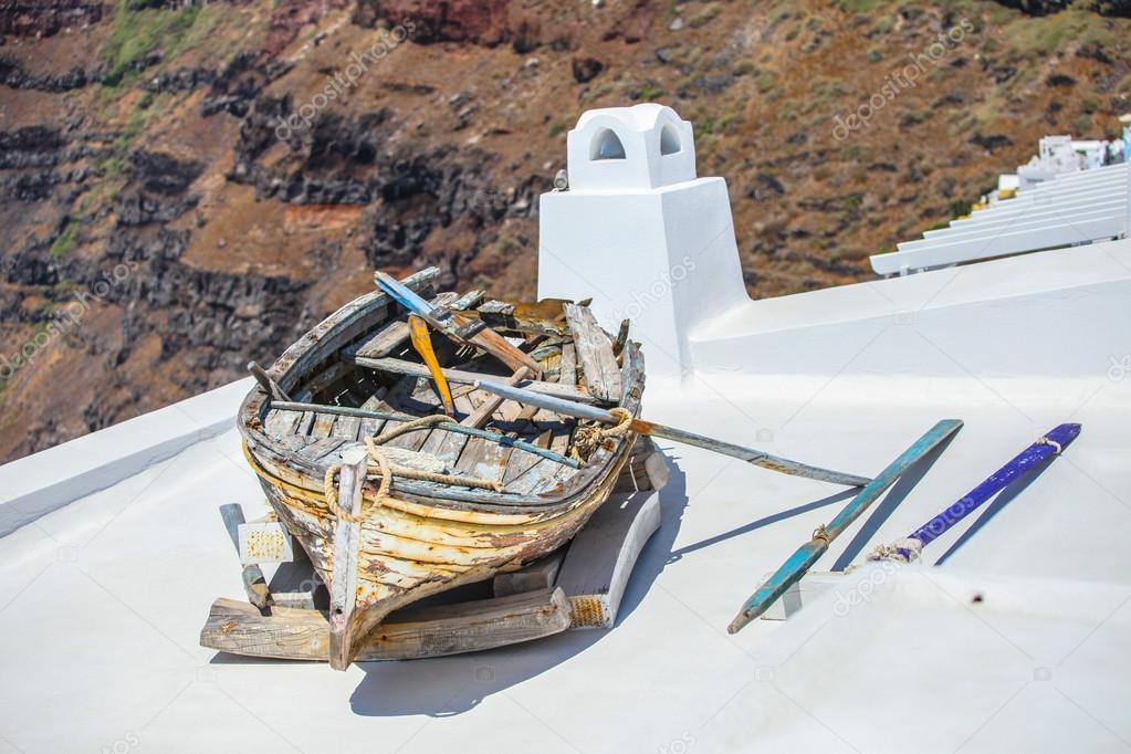 Oude boot op het dak van het huis en kleurrijke oude trap in