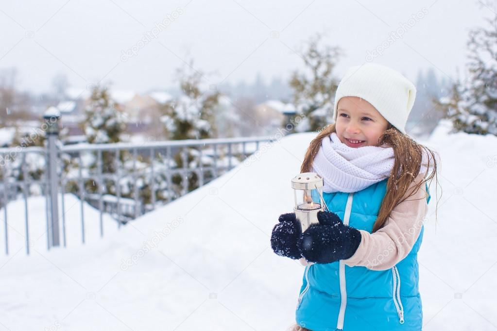 b11a6f453 schattig meisje Kerst lantaarn buiten houden op mooie winter sneeuw ...