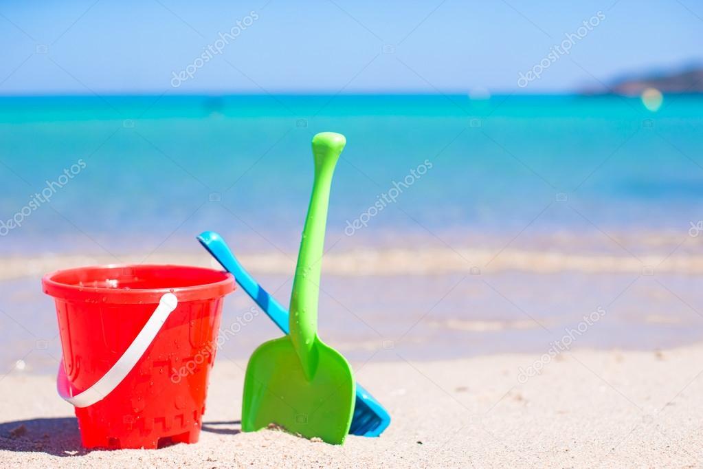 Sommer kinder strand spielzeug in den weißen sandstrand