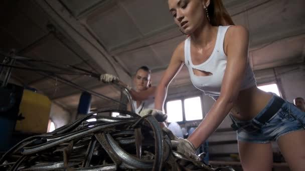 Dívky připraví pro balení na tovární dráty