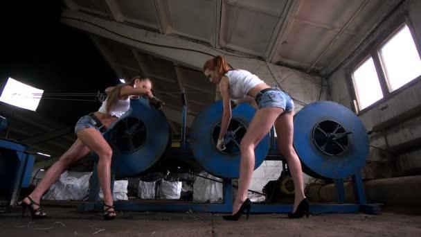 ženy práce v továrně