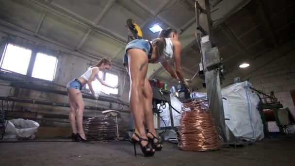 Obézní ženy pracují v továrně kabel