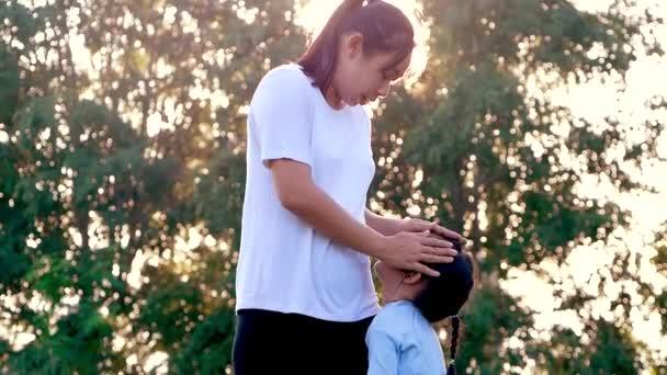 Anya vigasztalja a síró kislányát egy szabadtéri parkban. szülői szerep fogalma.