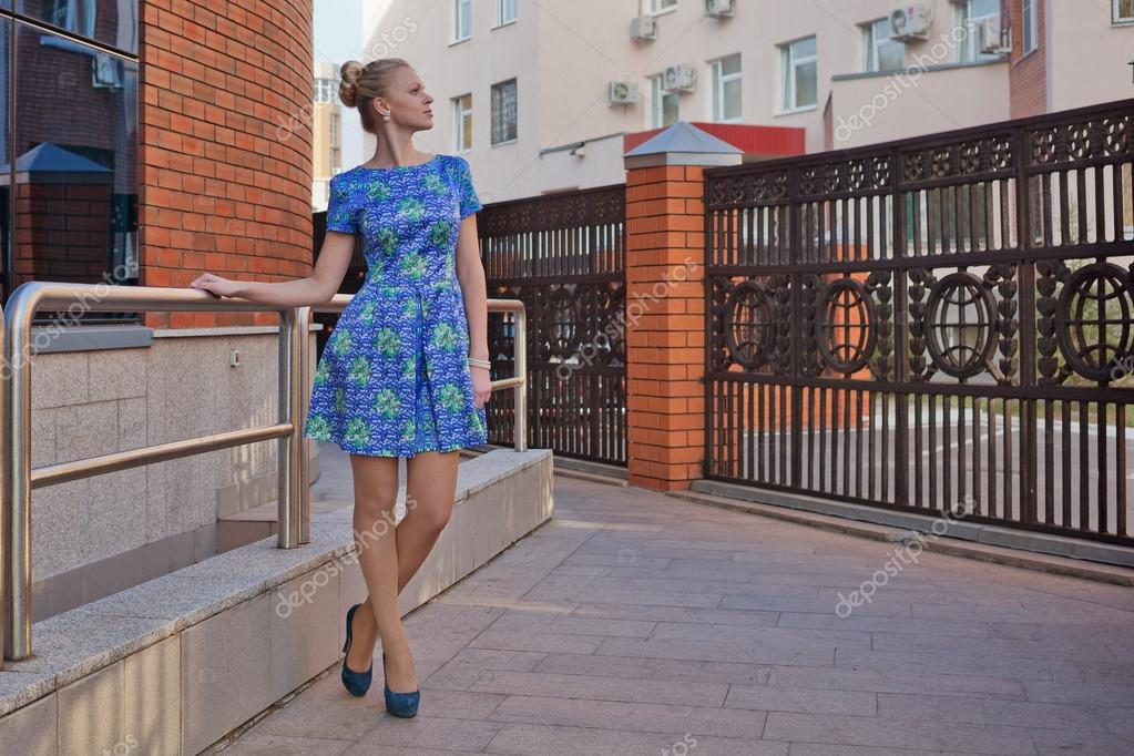 2feadde17d59 Ξανθιά κοπέλα σε μπλε κοντό φόρεμα να παν ψηλά τακούνια — Εικόνα από ...