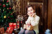 šťastná dívka u vánočního stromu