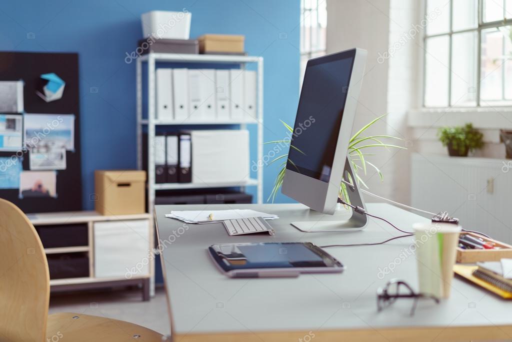 poste de travail dans un bureau avec ordinateur de bureau photographie racorn 117413522. Black Bedroom Furniture Sets. Home Design Ideas