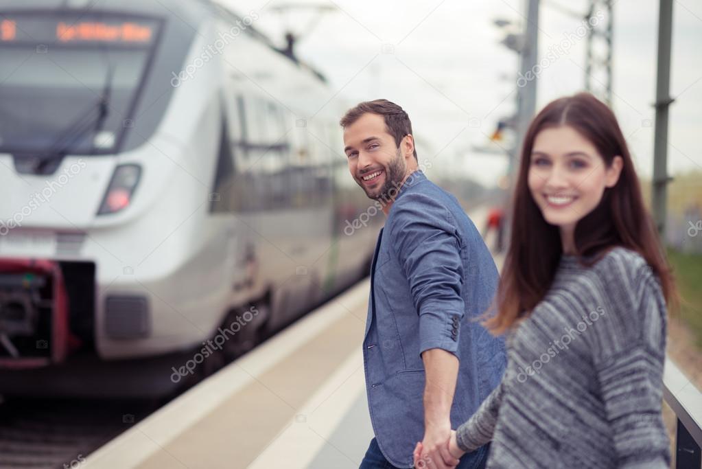 Junges Paar Zum Vorstand Am Zug Stockfoto Racorn 61945125
