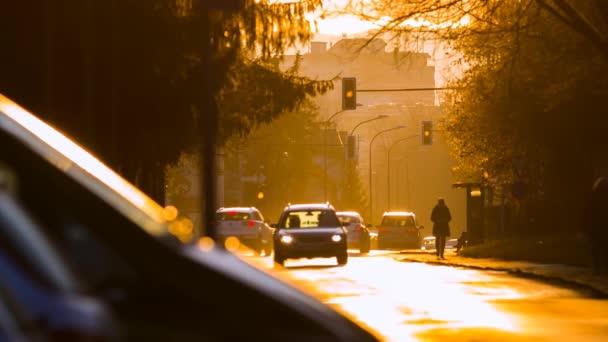 Slunce svítí na ulici