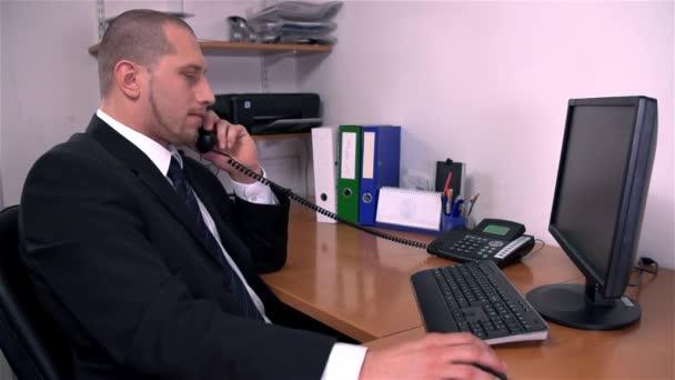 muž mluví po telefonu