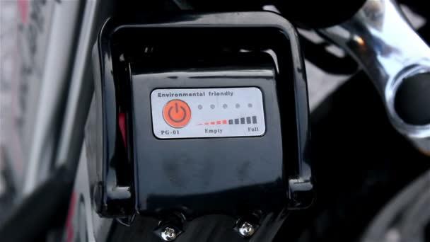 Zapněte spínač na elektrické scooter