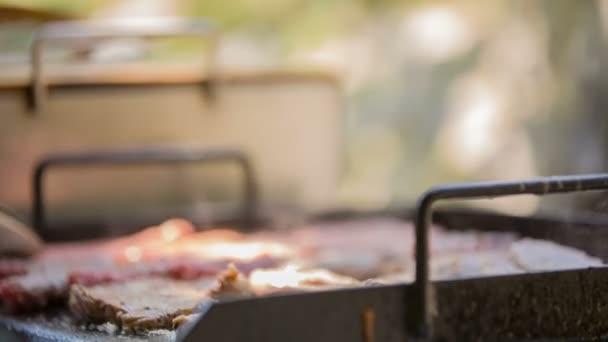 muž připravuje barbecue