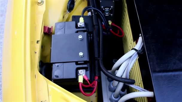 Baterie a motor automobilu