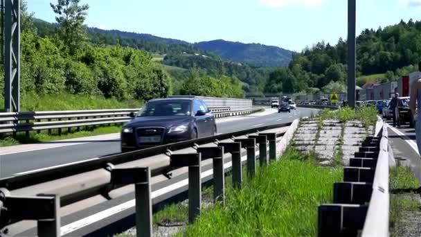 Auta projíždějící dopravní zácpě