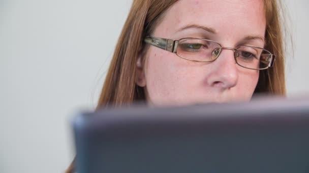 dívka použití tabletového počítače