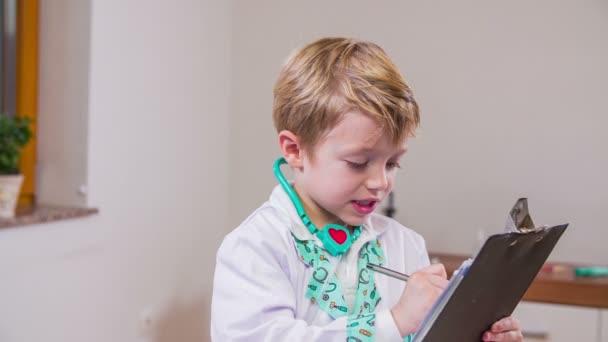 fiú játszik orvosi személyzet