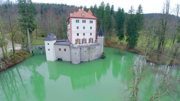 Hrad Sněžník v hluboké vodě