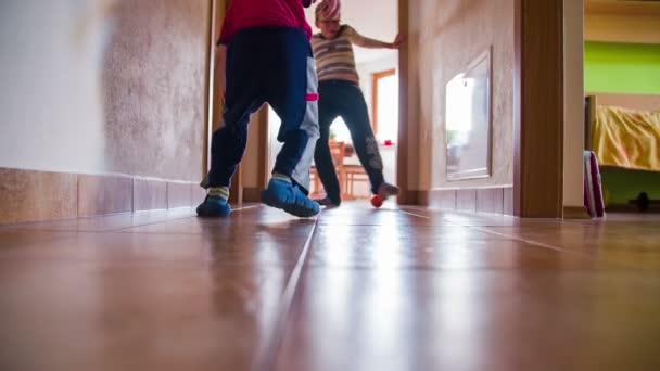 dva chlapci hrají fotbal