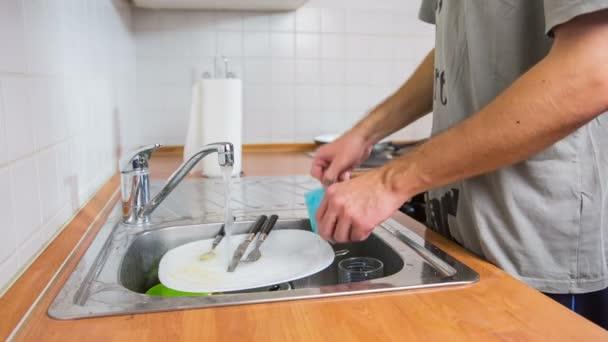 Mann Reinigung Geschirr