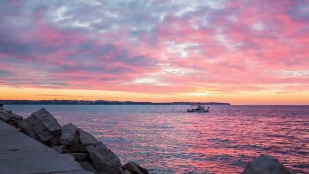 Loď, která plachtí na moři po západu slunce