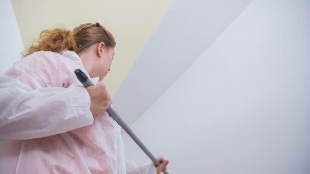 Žena na zametání zdí