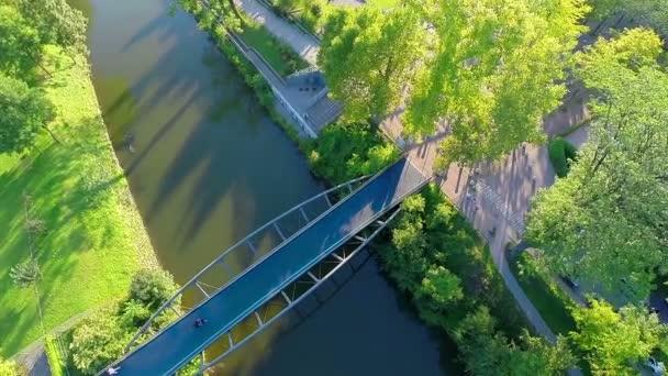 Řeka rozdělení s krásným zeleným parkem