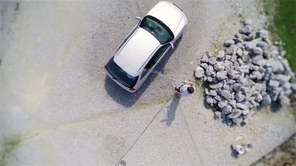 muž mytí auta