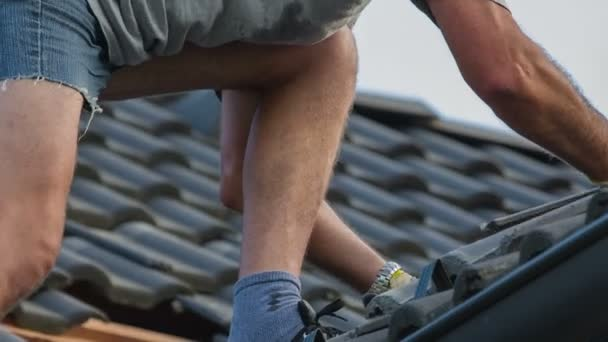 Muž přidávání nových střešních tašek