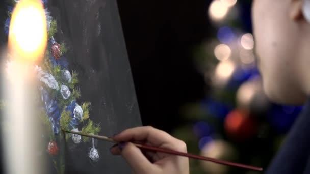 Žena, kreslení větve vánočního stromu