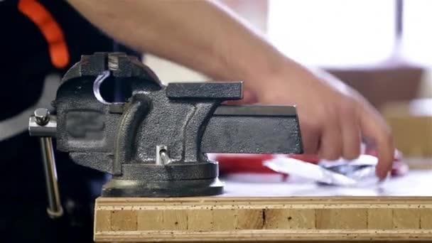 Zvukový technik přípravy dráty v dílně