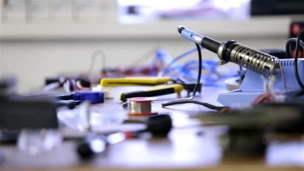 Workshop zpackal tabulku s dráty