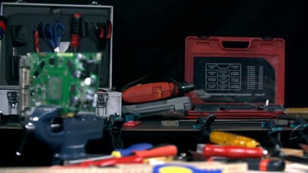 Nástroje na stole v dílně