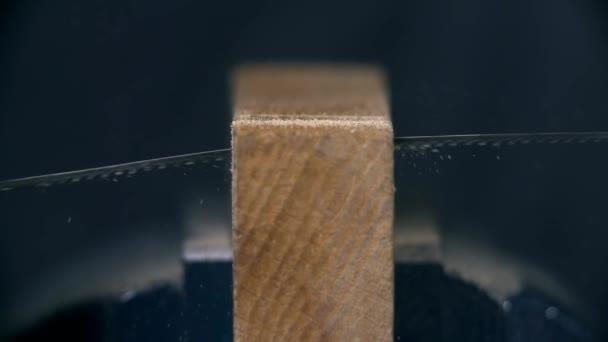 Taglio attraverso il pezzo di legno