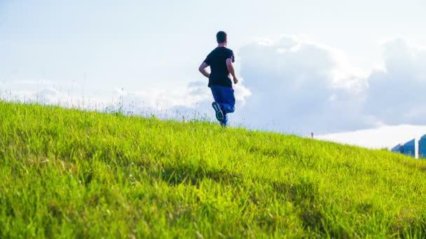 Uomo Running Over Green Hill
