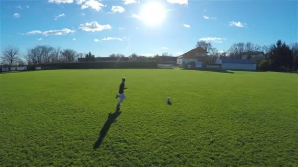 fotbalový hráč kope míč