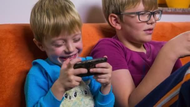 Bratři hrají s chytrými telefony