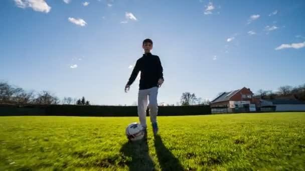Člověk driblování fotbalového míče