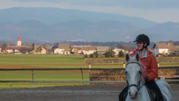 Dívka na bílém koni krásné