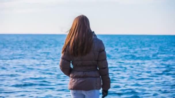 člověk sám, chůzi směrem k moři