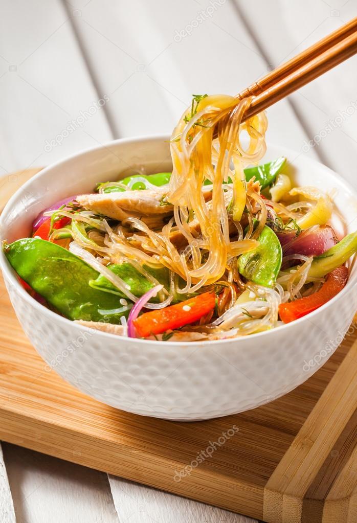 wok med glasnudlar och kyckling