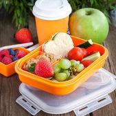 Oběd box s sendvič, cookies, zeleninu a ovoce