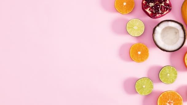 Friss érett gyümölcsök szeletei jelennek meg a pasztell rózsaszín téma jobb oldalán. Állj!