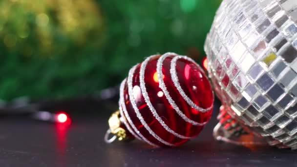 Červené a zelené malé vánoční ozdoby a diskotéka lesklý míč ornament ve středu