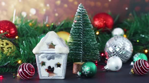 Vánoční lesklá dekorace s ozdobami a blikajícími světly