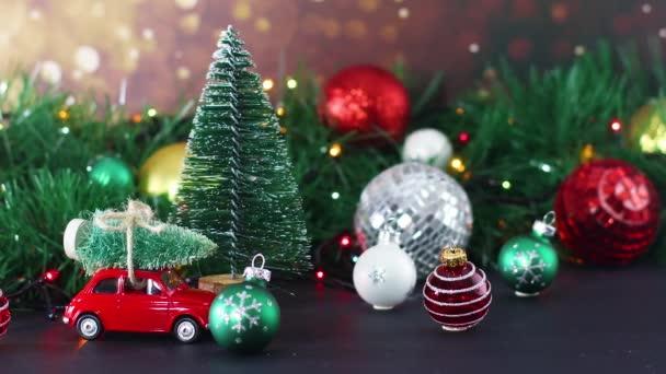 Vánoční ozdoba s blikajícími světly a barevnými ozdobami. Zavřít