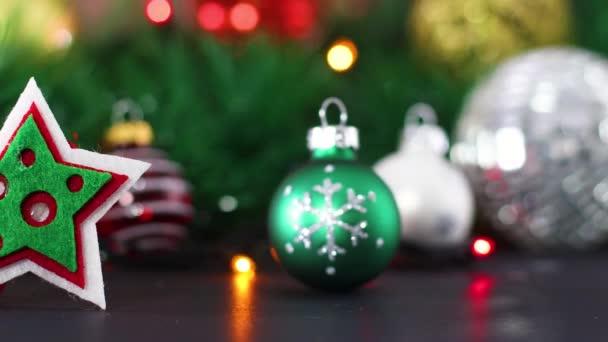 Weihnachtsschmuck und Weihnachtsstern mit blinkenden Lichtern dahinter